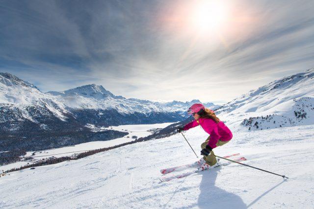 Avantages et risques du ski alpin: tout savoir avant de vous lancer sur les pistes