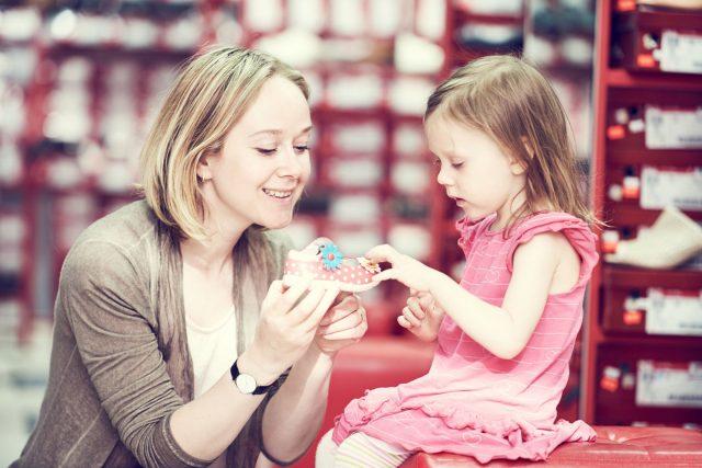 Choisir des chaussures pour son enfant: se poser les bonnes questions pour partir du bon pied