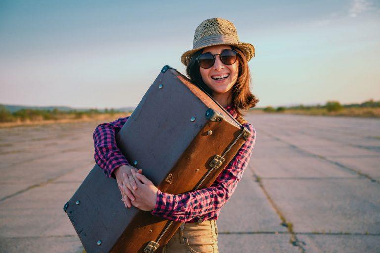 Femme heureuse prête à voyager