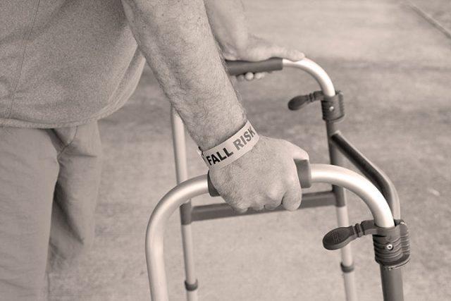 Chutes et troubles de l'équilibre chez la personne âgée (Partie 1): connaissances de base et évaluation