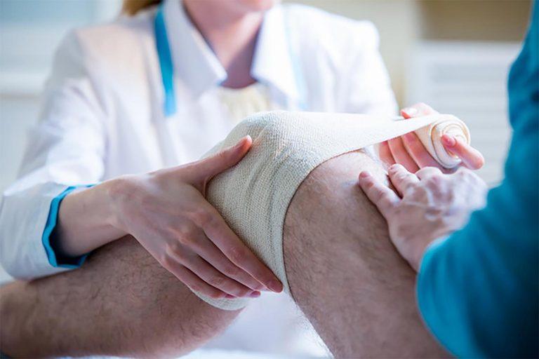 Application d'un bandage au genou